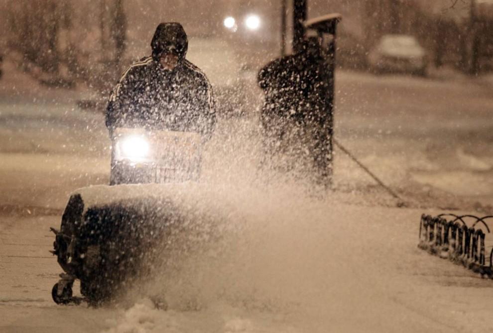26. Рабочие убирают снег с дорожки в Вашингтоне 5 февраля. (Mark Wilson / Getty Images)