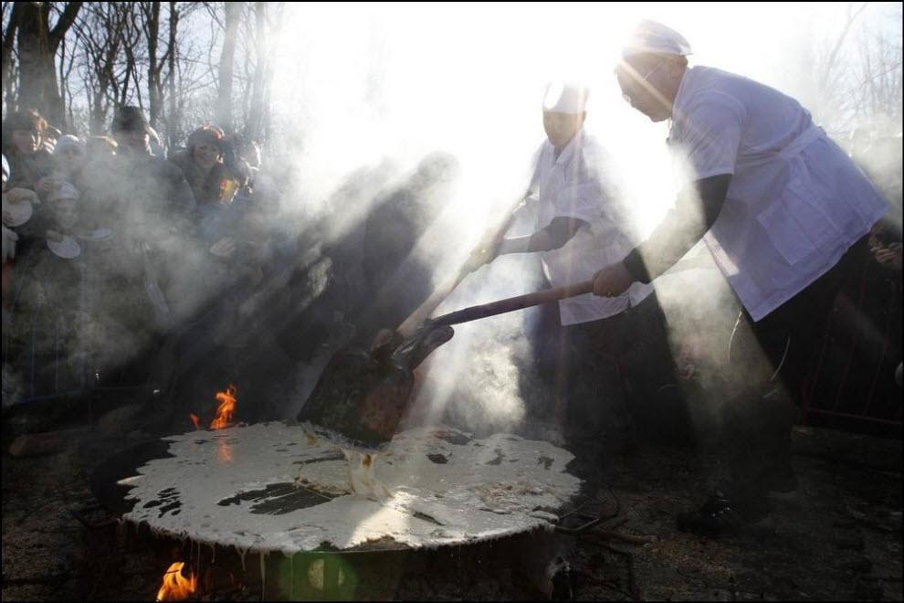 26) Масленица в Ставрополе, пекут гигантские блины.