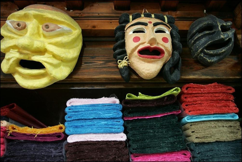 27) Делают кукольные маски. (Getty Images/Chung Sung Jun)