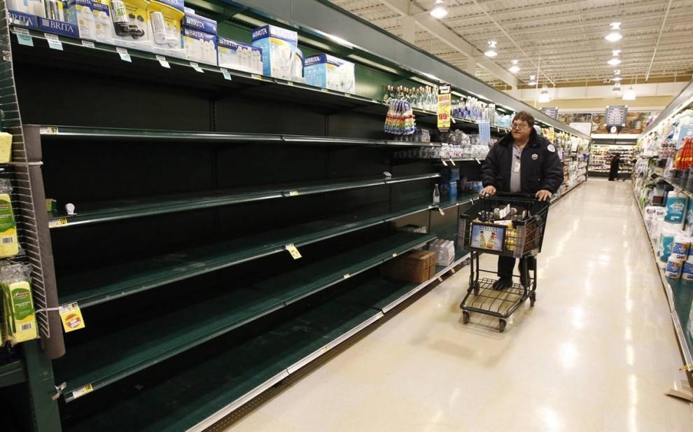 27. В Фоллс Черч, штат Вирджиния, воду в бутылках расхватали за несколько часов 5 февраля. (Kevin Lamarque / Reuters)