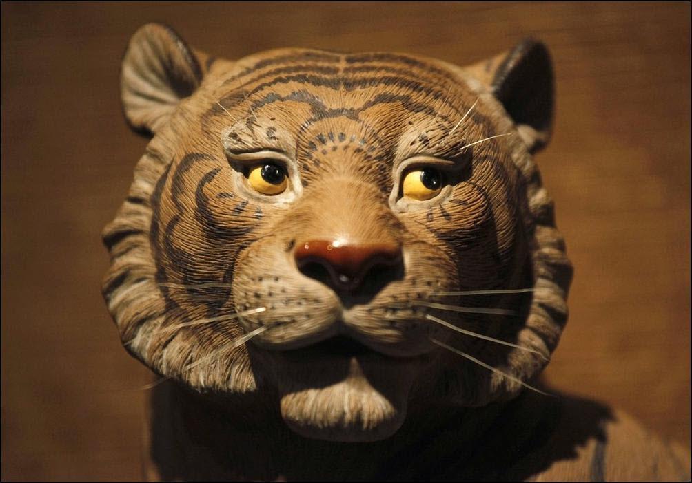 27) Голова фарфорового тигра на выставке фабрики Дзин Ши Ван. (Reuters/Joe Tan)