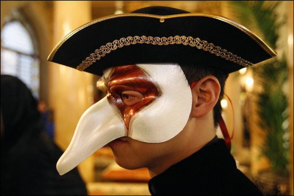 27) Участник карнавала в Венеции.