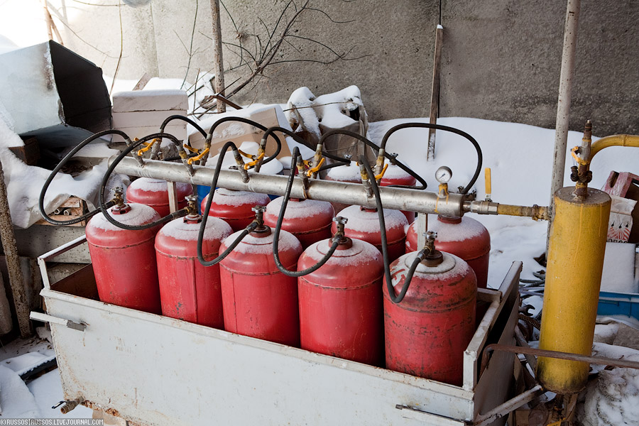 27. Все печи, кроме одной, электрические. А вот одна работает на сжиженном газе. Одной такой заправки хватает на один обжиг.