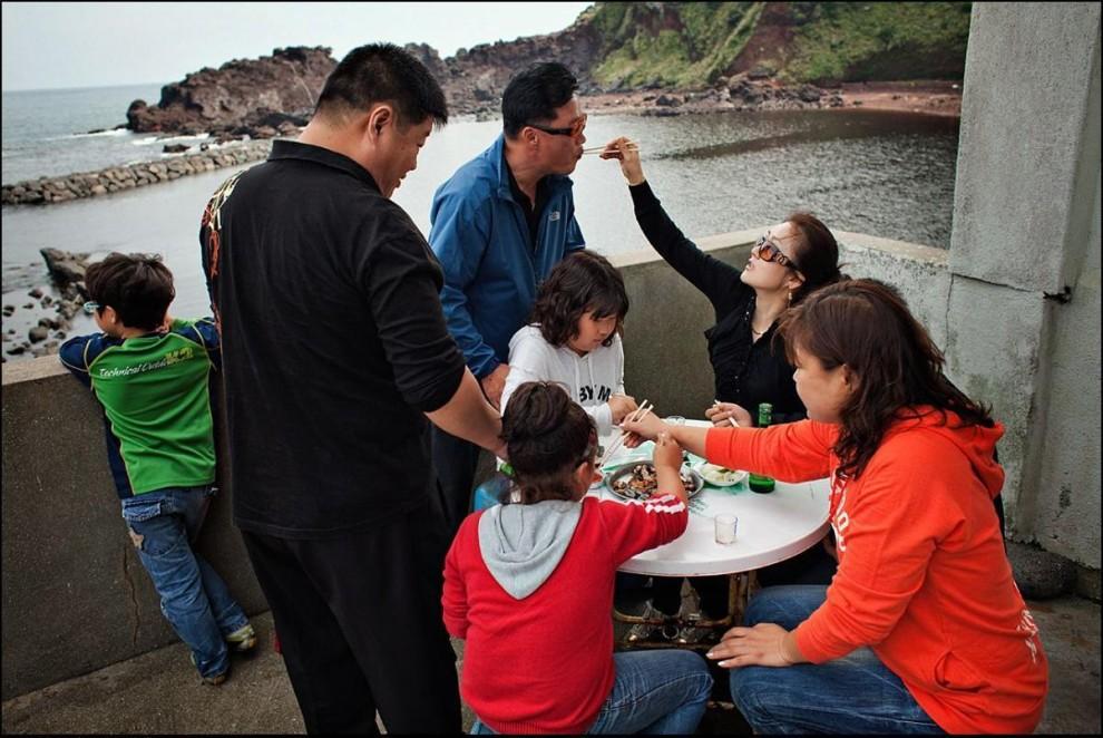 28) Туристы пробуют блюда из морепродуктов в простеньком ресторанчике в доме одной из хэнё.