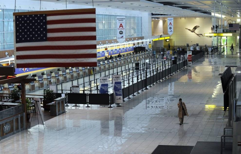 28. В аэропорту «BWI Thurgood Marshall» в Линтикуме, штат Мэриленд, отменили полеты. (Gail Burton / AP)