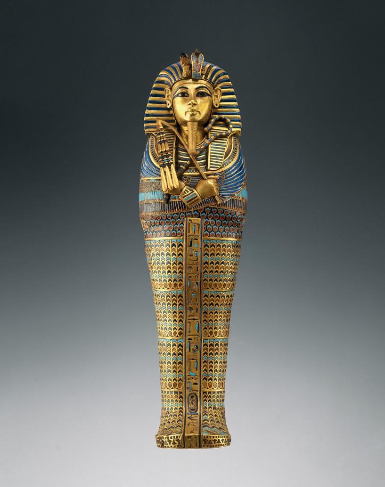 29. Гроб с внутренностями фараона. Тутанхамон имел четыре миниатюрных гроба из золота и полудрагоценных камней и цветного стекла. Каждый из них стоял отдельно в нише. На линии древних писаний сверху вниз указывались имена Имсети – одного из сыновей Хоруса, и богинь Исиды, защищавшей органы внутри (в данном случае – печень). Орнамент вокруг имени фараона был переработан и первоначально носил имя родственников Тутанхамона. (AP Photo/Antikenmuseum Basel and Sammlung Ludwig, Andreas F. Voegelin)
