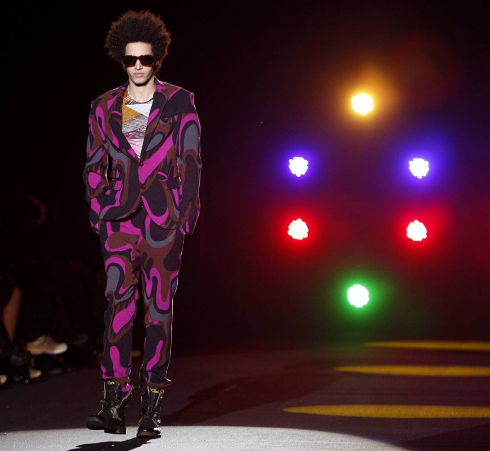 29. Испанский лейбл «Custo Barcelona» показал живые наряды в стиле диско. Дизайнер сказал, что на создание этой коллекции его вдохновил «волосатый метал». (Seth Wenig / AP)