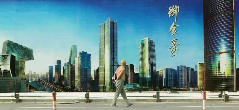 30. Китаец идет мимо процветающего центрального района Пекина. (UPI Photo/Stephen Shaver)