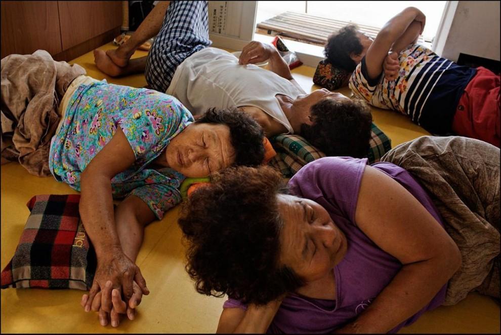30) После утренней морской охоты, сортировки и взвешивания добычи, женщины отдыхают.