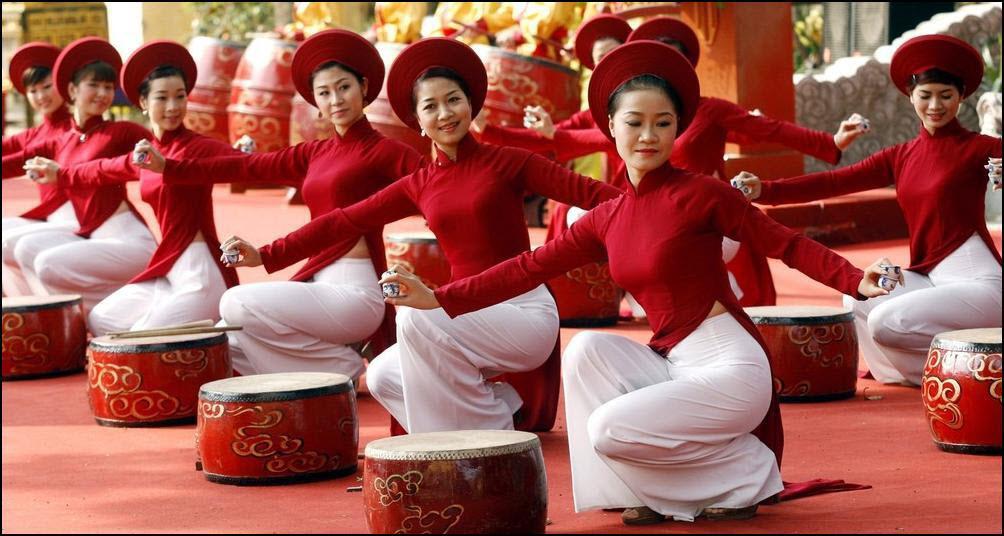 29) Женщины в традиционных одеждах Ао Дай выступают на приеме по случаю китайского нового года в Ханое. (Reuters/Kham)