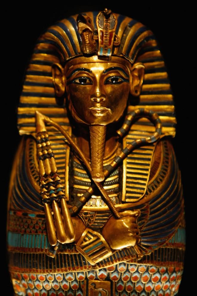 31. Гроб для внутренностей Тутанхамона выставленный на пресс-конференции в Лондоне 13 ноября 2007 года. (Photo by Daniel Berehulak/Getty Images)