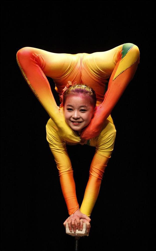 30) Участница китайской национальной акробатической труппы. (Reuters/Darrin Zamin Lupi)
