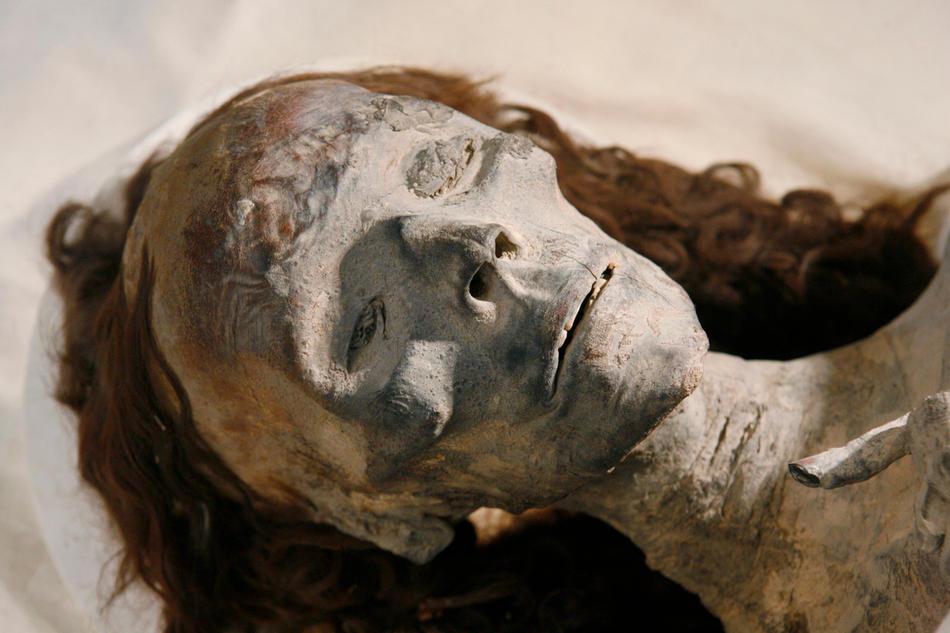 33. Мумия бабушки Тутанхамона в стеклянном ящике в музее Каира 17 февраля 2010 года. (AP Photo/Discovery Channel, Shawn Baldwin)