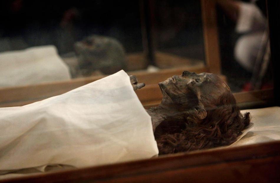 34. Две мумии – бабушки Тутанхамона королевы Тюи (впереди), и его матери в стеклянных ящиках в музее Каира. (AP Photo/Nasser Nasser)