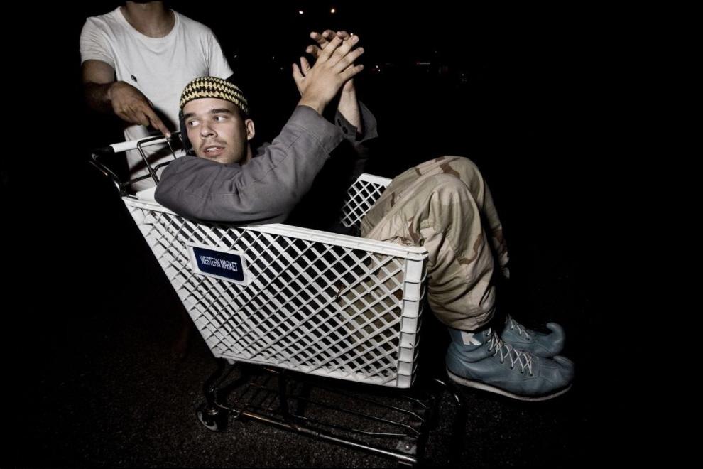2) Michael Muhammad Knight в тележке для продуктов, во время Такватура 2007.