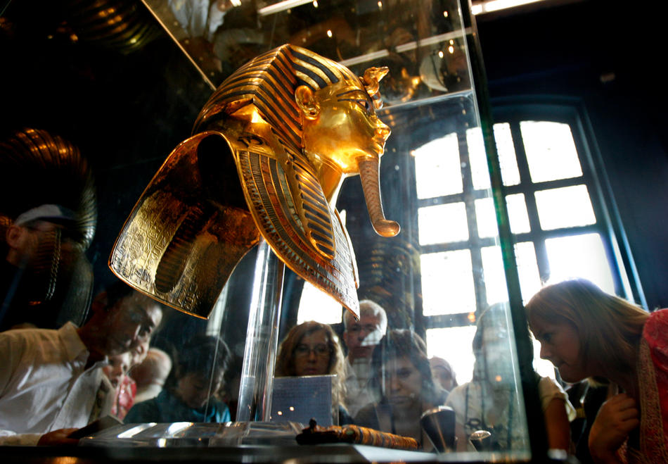 35. Туристы окружили золотую маску Тутанхамона в музее Каира 15 февраля 2010 года. (AP Photo/Amr Nabil)