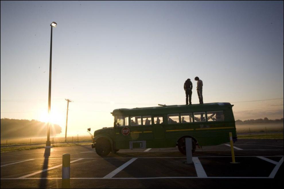 3) Автобус Таква на праковке рядом с мечетью исламского центра в Толедо, Огайо.