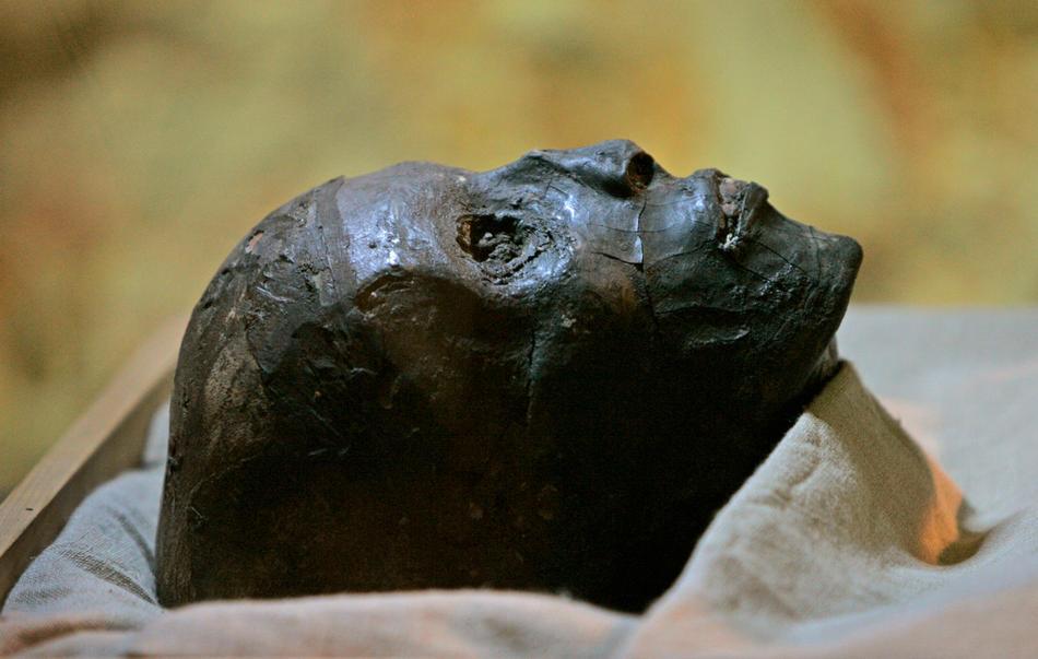 36. На этом фото, сделанном 4 ноября 2007 года, вы видите лицо обернутой в специальную ткань мумии Тутанхамона в стеклянном саркофаге в гробнице Долины Фараонов. (AP Photo/Ben Curtis, File)