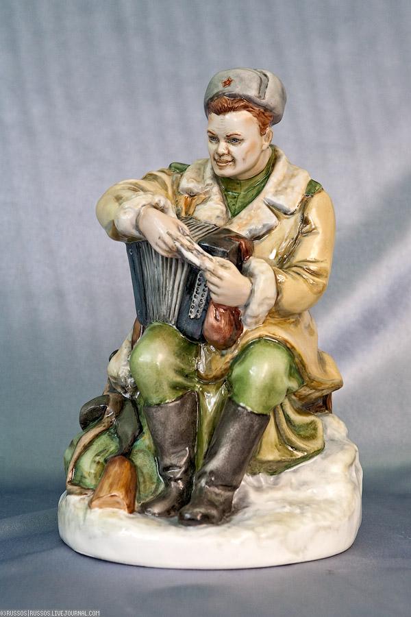 35. Гипсовая статуэтка Теркина была создана в 1939 году (я дату мог попутать, так как поэма вышла только в 41, хотя работа над ней началась как раз в 39). За долгий срок она пришла в негодность. Специалисты мастерской отреставрировали гипсовую статуэтку, сделали форму и теперь есть возможность полюбоваться на фарфорового Теркина.