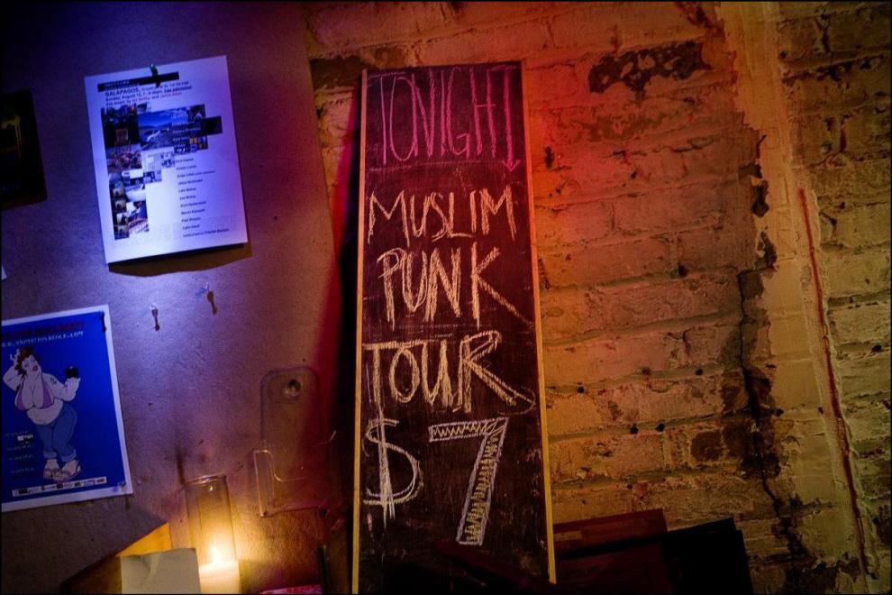 6) Афиша шоу мусульманского панк-рока в одном из клубов.