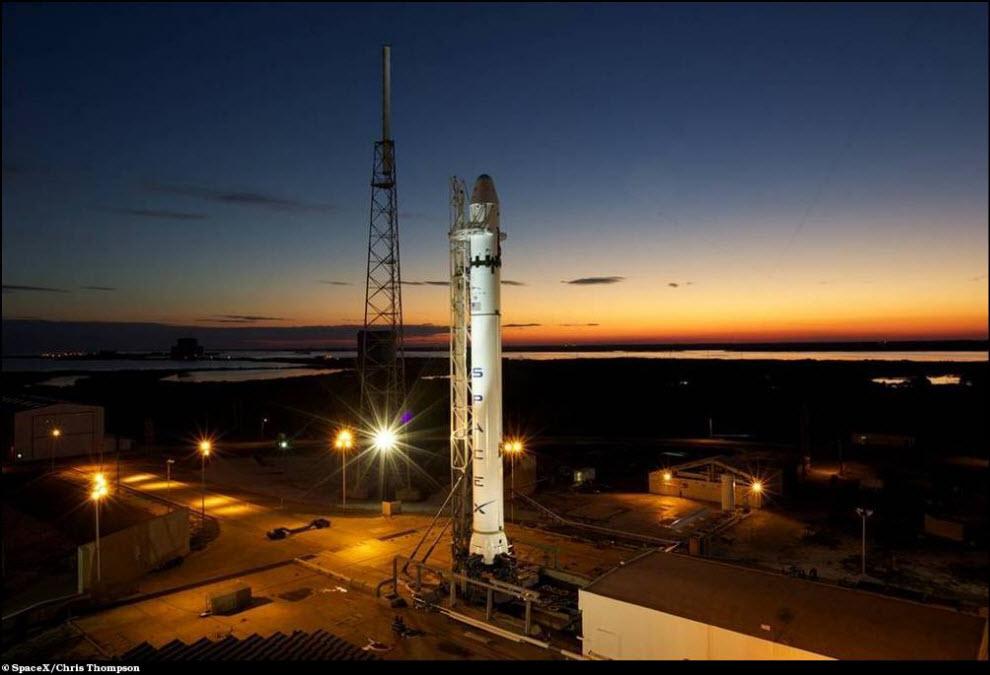 41) Коммерческая ракета Falcon 9 установлена на стартовой площадке.