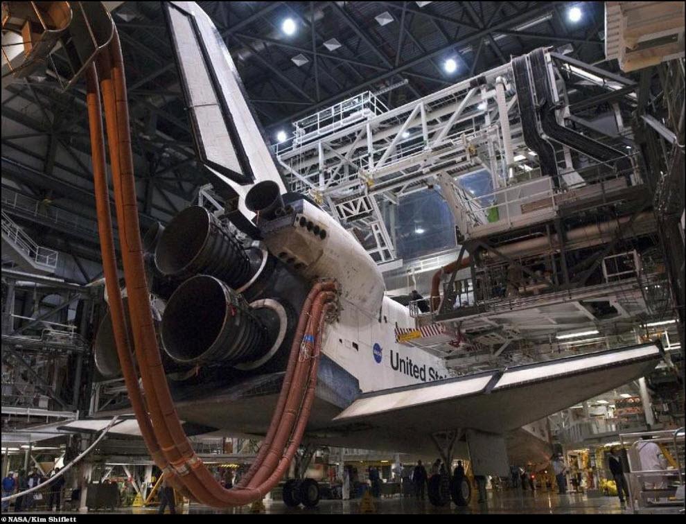 42) Подготовка только что вернувшегося шаттла Индевор к июльской миссии STS-134.