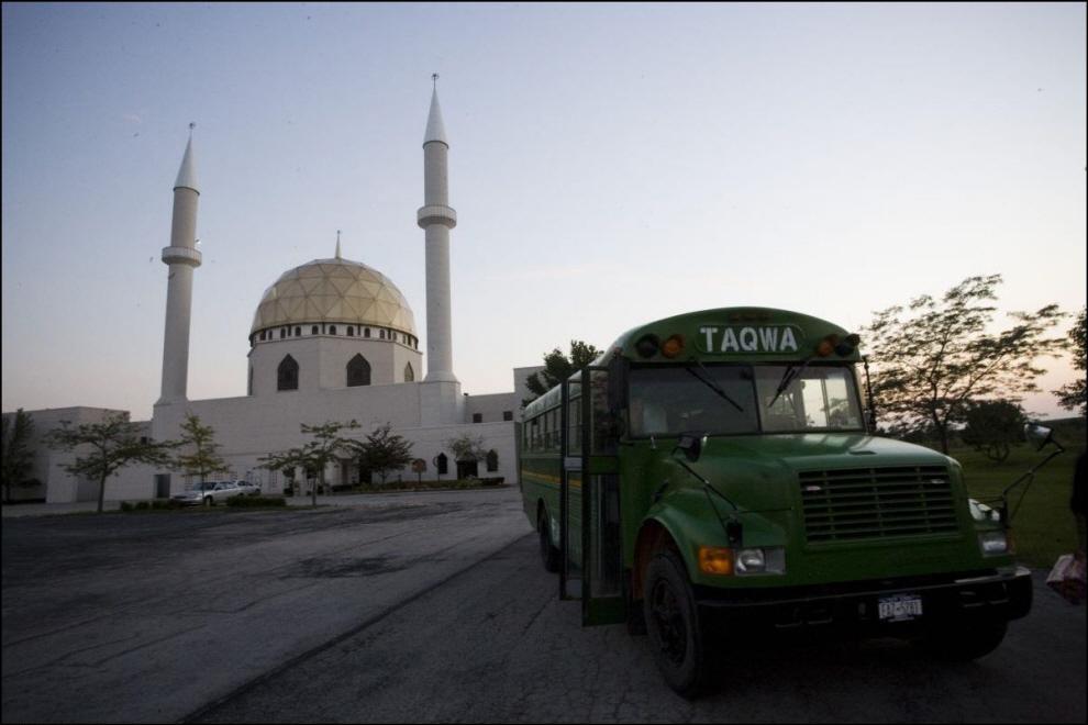 16) Автобус Таква рядом с мечетью исламского центра в Толедо, Огайо.