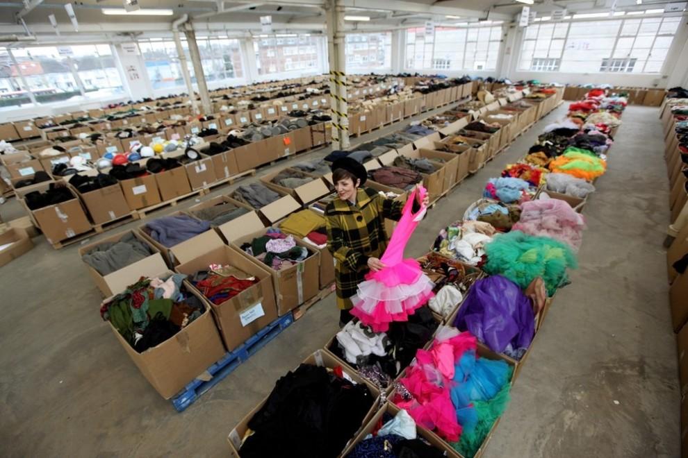5. Женщина рассматривает розовое платье с юбкой-пачкой на складе «Angels Costumiers» перед субботней ретро-распродажей 3 февраля 2010 года в Лондоне. (Photo by Oli Scarff/Getty Images)
