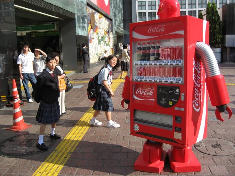 """18. """"Кока-кола""""-робот оживает на глазах у школьниц. (фото: AFP)"""