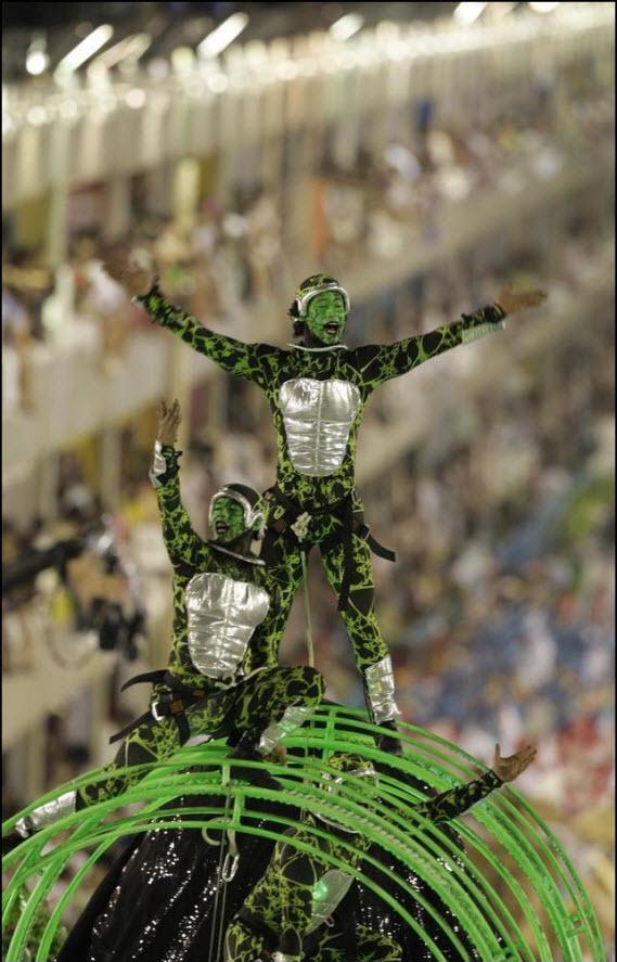 04) Участник карнавала от самба-школы Гранде Рио.