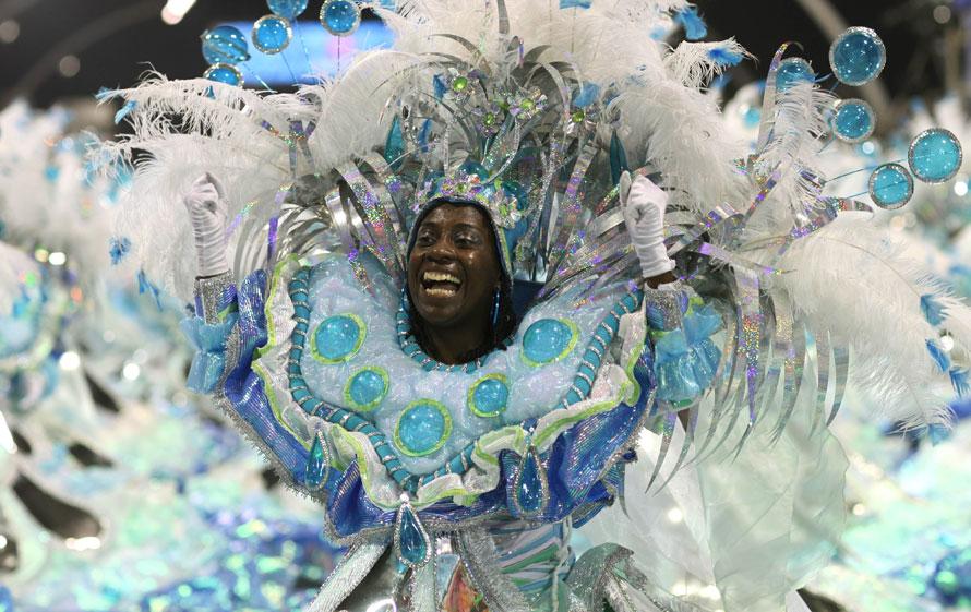 2. Танцовщица из школы самбы «Mocidade Alegre» выступает на карнавале в «Самбодроме» в Сан-Паулу. (AP Photo/Andre Penner)