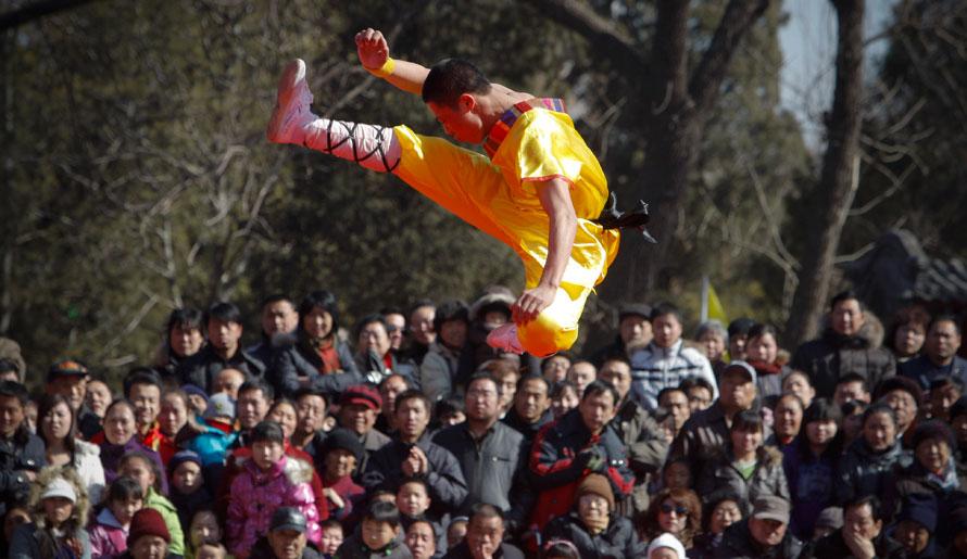 5) Китайцы наблюдают за выступлением бойцов гонг фу (китайское боевое искусство) во время ярмарки на второй день празднований китайского Нового года в Пекине. В Китае новый год тигра начался 14 февраля. (AP Photo/Vincent Thian)