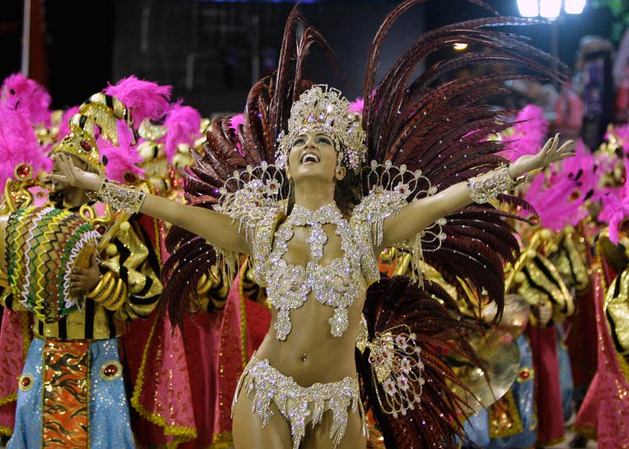 4. Бруно Бруно, королева отделения барабанов школы «Униао да Илха» танцует на параде в Рио-де-Жанейро. (AP Photo/Martin Mejia)