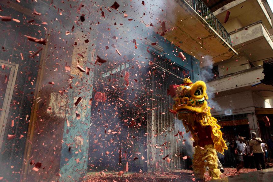 3) Китайцы исполняют танец льва на праздновании Китайского Нового года в районе чайнатауна в Панаме. (AP Photo/Arnulfo Franco)