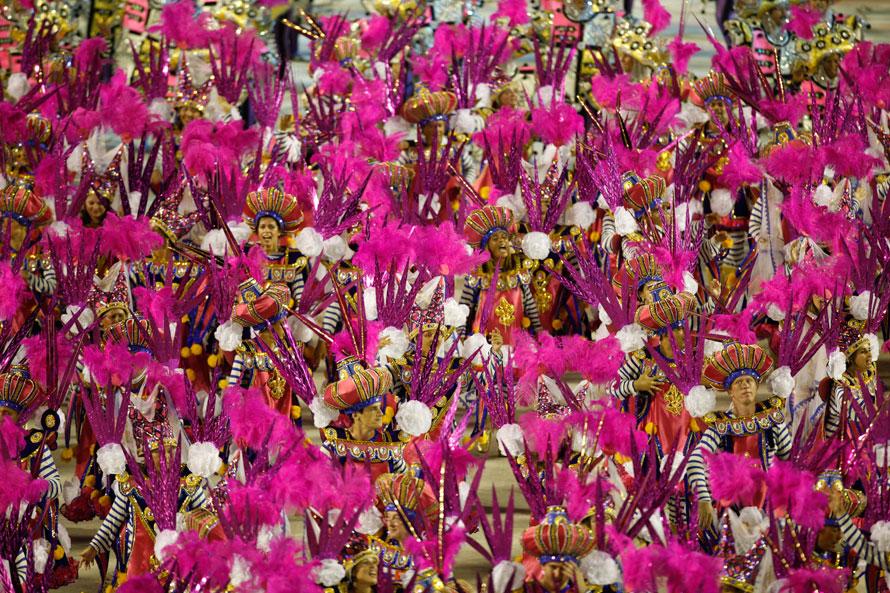 5. Танцоры школы «Униао да Илха» выступают на параде в честь карнавала в Рио-де-Жанейро. (AP Photo/Felipe Dana)