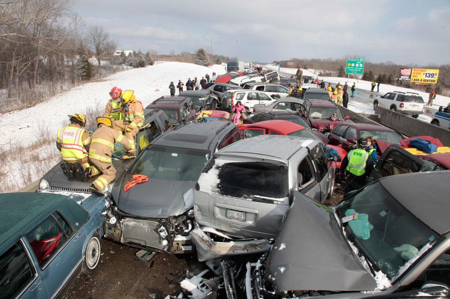 2) Спасатели работают над освобождением жертвы массовой аварии с участием 30 автомобилей на шоссе I-70 в Канзасе, где движение было перекрыто на несколько часов. (Richard Gwin/Journal World-photo)