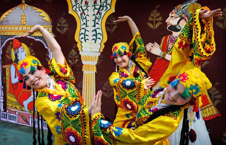 6. Девушки в народных костюмах из Таджикистана танцуют на ярмарке ремесел Сураджкунд в Нью-Дели. Ежегодная ярмарка Сурадж Кунд проходит с 1 по 15 февраля и привлекает ремесленников со всей страны, а также посетителей из различных азиатских стран, которые демонстрируют культуру своего народа и традиционные ремесла. (AP Photo/Mustafa Quraishi)