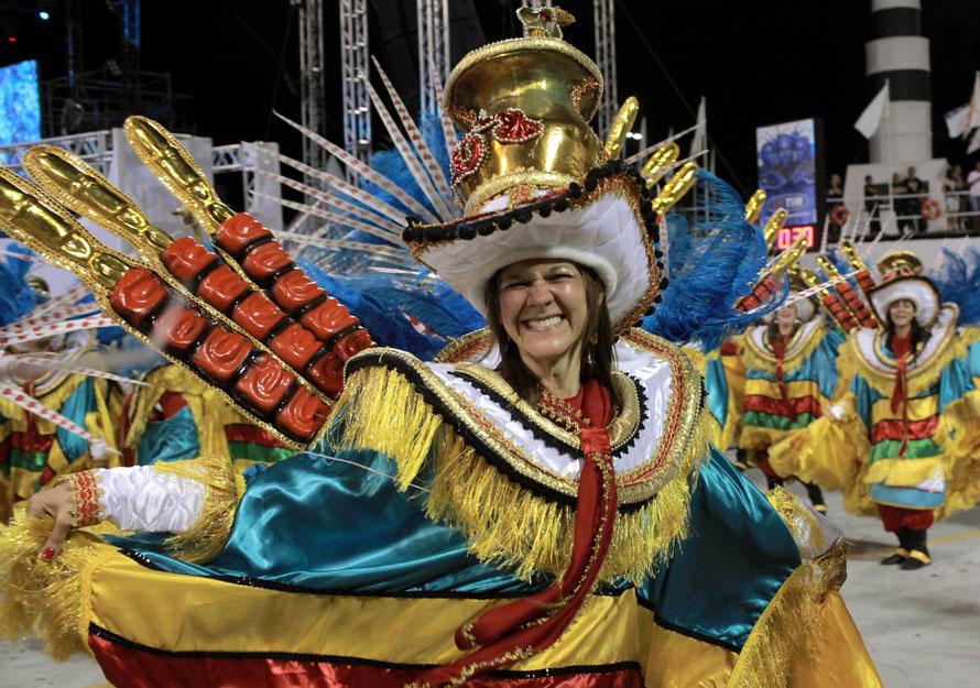 6. Участница школы самба «Перола Негра» участвует в параде на карнавале в Сан-Паулу. (AP Photo/Andre Penner)