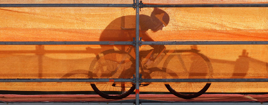 8. Велосипедист отбрасывает тень на тент во время Чемпионата мира по велокроссу в Таборе, Чехия. (AP Photo/Petr David Josek)
