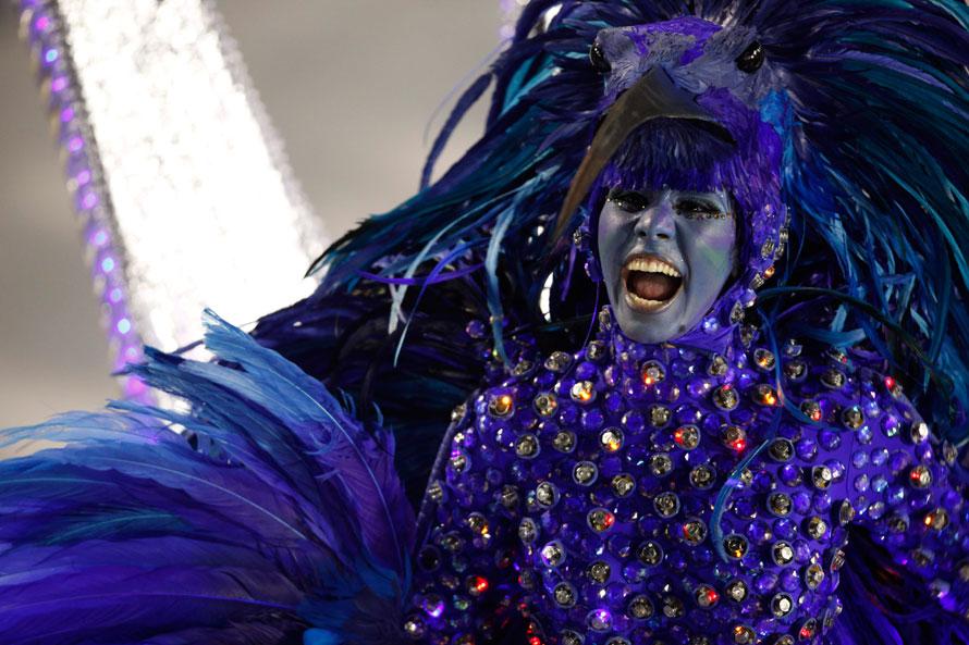 23) Участница школы самбы Бейджа Флор едет на движущейся платформе на карнавале в Рио-де-Жанейро. (AP Photo/Felipe Dana)