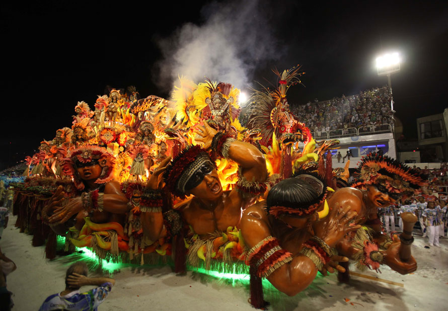 22) Члены школы Бейджа Флор выступают на своей платформе на карнавале в Рио. (AP Photo/Martin Mejia)