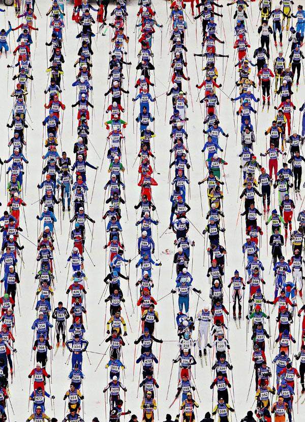 11. Офели Давид (внизу) из Франции «летит» к финишной прямой в борьбе за первое место против Эшли МакИвор из Канады (слева) и Келси Серва (вверху справа) из Канады в финале женской части турнира «Winter X Games 14» на горе Баттермилк в Аспене, штат Колорадо. (Photo by Doug Pensinger/Getty Images)