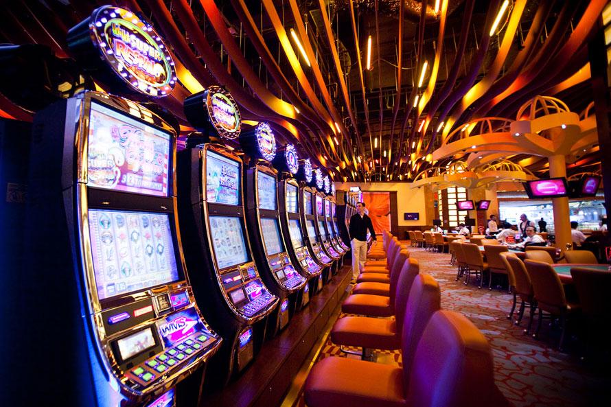 12. Игровые автоматы в казино «Resorts World Sentosa» в Сингапуре. В развлекательном комплексе «Resorts World Sentosa», построенном компанией «Genting Bhd» за 4,7 миллиардов долларов, открылось первое казино. (AP Photo/Joan Leong)
