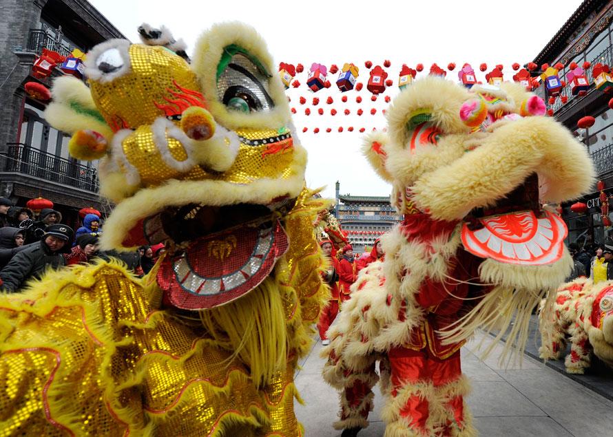 15. Китайцы исполняют танец льва в первый день Лунного Нового года в районе Пекина Цяньмэнь. (AP Photo/Andy Wong)
