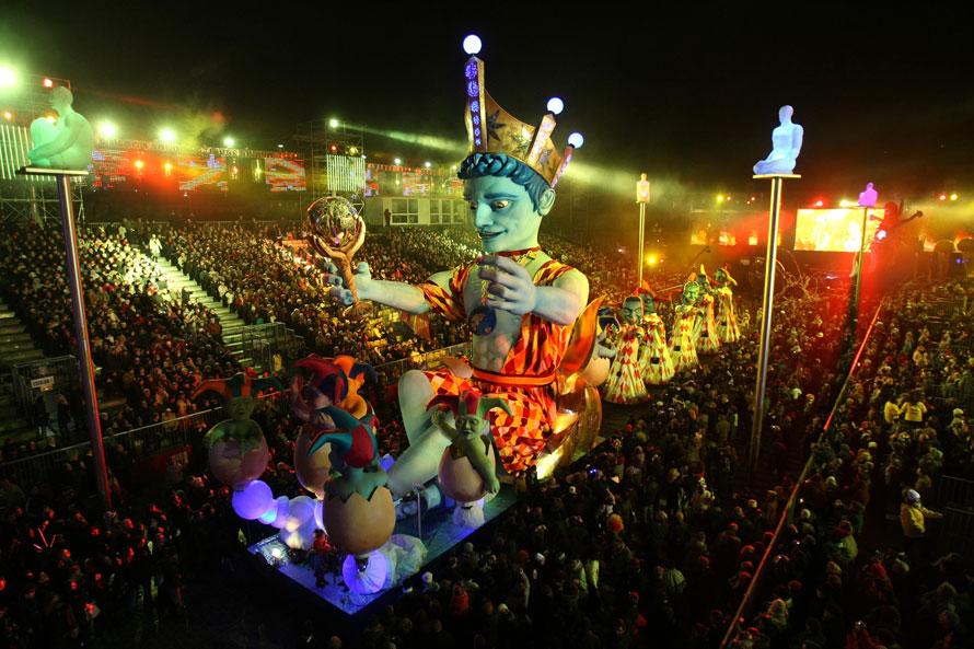 19. Движущаяся декорация под названием «Король Ницца 2010» едет на параде 126-ого карнавала в Ницце. Тема карнавала в этом году называется «Король голубой планеты». (AP Photo/ Lionel Cironneau)