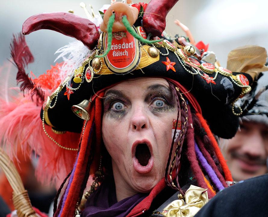 10) Участники парада Роз веселятся на улицах Кельна. Сотни тысяч разодетых в разные костюмы людей вышли на улицы Кельна на крупнейшую карнавальную процессию в Германии. (AP Photo/Martin Meissner)