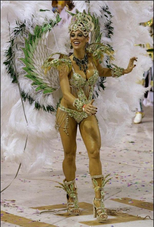 07) Участник карнавала от самба-школы Гранде Рио.