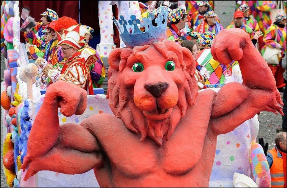 08) Карнавал в Дюссельдорфе, скульптура из папье-маше ``Лев``.