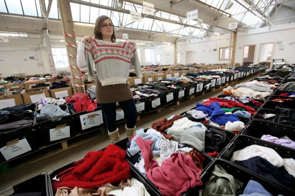 9. Девушка держит вязаный свитер на складе «Angels Costumiers». (Photo by Oli Scarff/Getty Images)