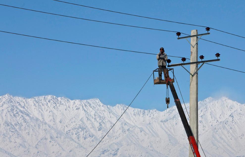 4. Афганец работает на линиях электропередач в Кабуле 9 февраля. (REUTERS/Ahmad Masood)